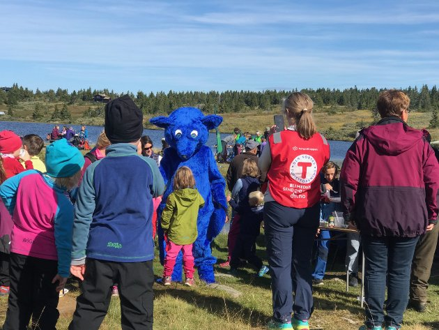 Barnas turlags maskot, den blå fjellreven Turbo var på plass ved Nevelvann.