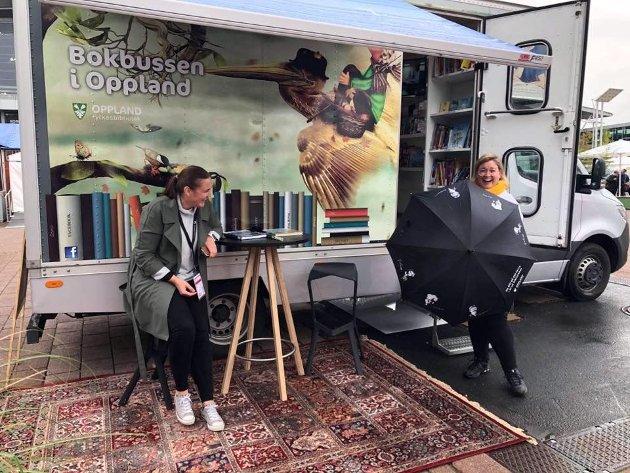 PÅ BOKMESSE: Silje Torp (t.v.) og Anne-Marte Kolbjørnshus ved bokbussen sentralt plassert på bokmessa i Frankfurt. Innsatsen gir konkrete resultater, skriver Kolbjørnshus.