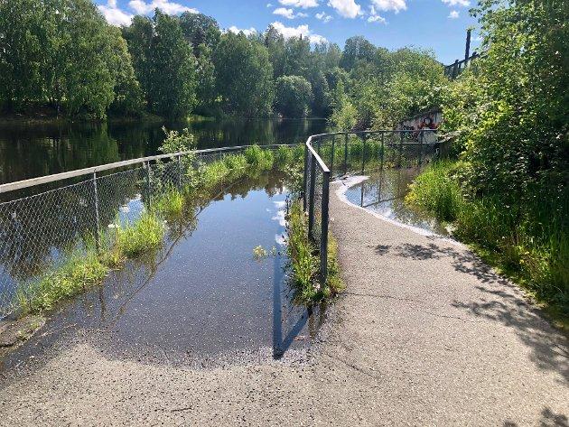 Slik så det ut ved gang- og sykkelvegen ved mjøskanten på Lillehammer mot Strandtorget mandag formiddag.