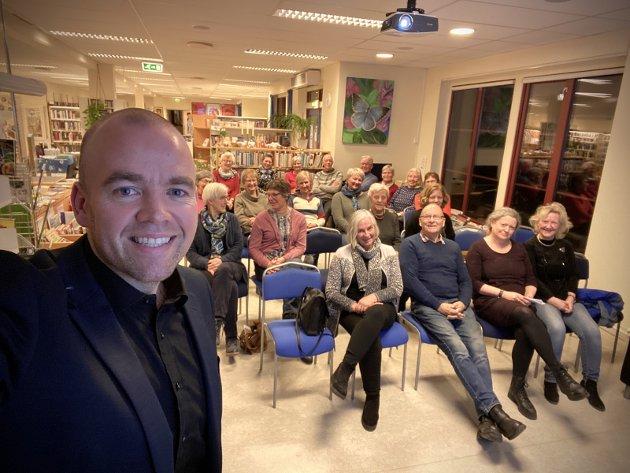 GOD DIALOG: GD-redaktør Tom Martin Kj. Hartviksen besøkte Øyer bygdekvinnelag i slutten av januar. Hartviksen fortalte, mens bygdekvinnene (og et par tilstedeværende menn) spurte og kommenterte.