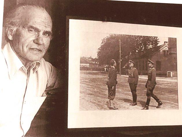 Fenrik Terje Rollem med fotoet fra frigivelsen av Akershus Festning fra den tyske okkupasjonsmakten 8.mai 1945.