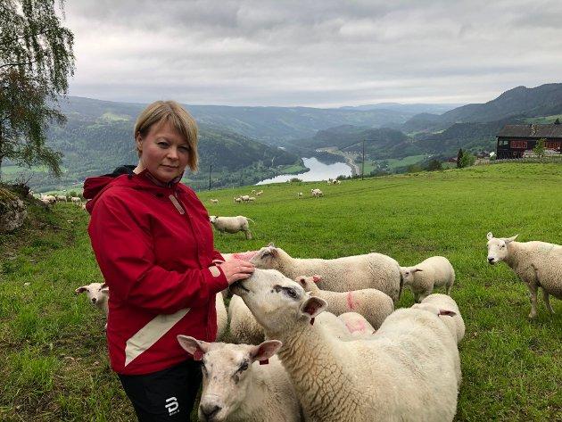 Marthe Lang-Ree med sauen sin på innmark.