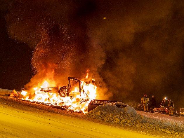SNØVOLL: Det ble laget en snøvoll nedenfor den brennende tråkkemaskinen for å hindre at den skulle skli nedover bakken.