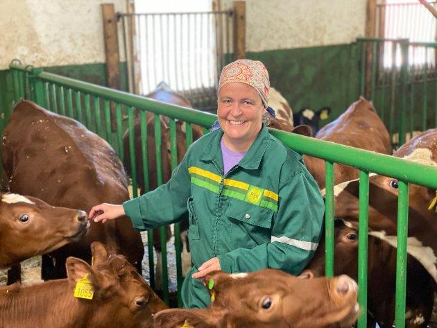 Elisabeth Gjems med kalver i fjøset hjemme på Rena