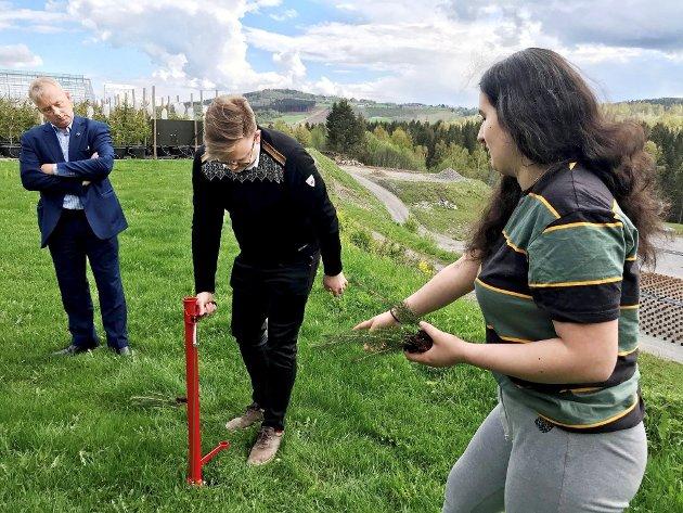 Knut Storberget, Even Aleksander Hagen og Zaida Maria Sierra Gonzalez på Biri planteskole.