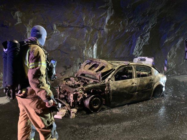En personbil ble fullstendig utbrent i den 44 år gamle Oppljostunnelen mellom Stryn og Skjåk tirsdag.