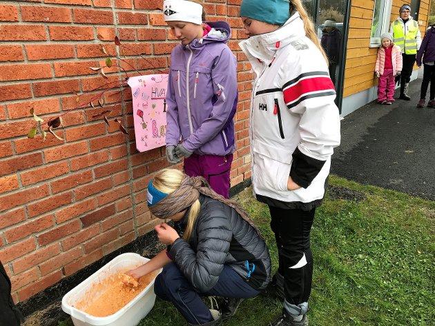 EKKELT: Henriette Fuglehaug Hvetting skal beskrive hva hun finner i bøtta. Mari Sørbråten (til venstre) og Petra Jønnes er postansvalirge.