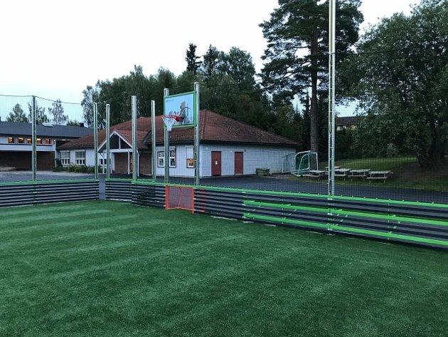 Fredheim skole med den nye ballbingen
