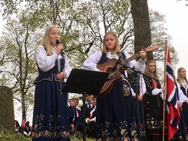 Granavollen: Barn av regnbuen, framført av Ingeborg Sørlie og Thea Tokerud. Lillebil Hermundstad spilte piano.