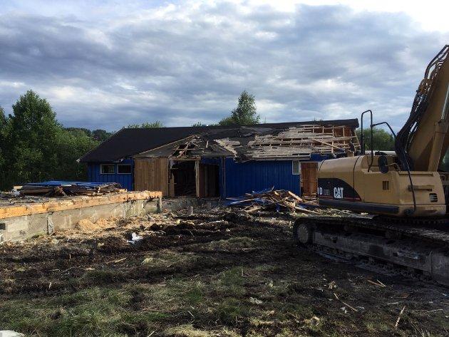 Torsdag 15. april startet EN Entreprenør rivearbeidet. Anlegget til Lunner FK (som klubben nå heter) er innløst som en av 28 eiendommer i Volla i forbindelse med bygging av ny riksveg 4 i Lunner.