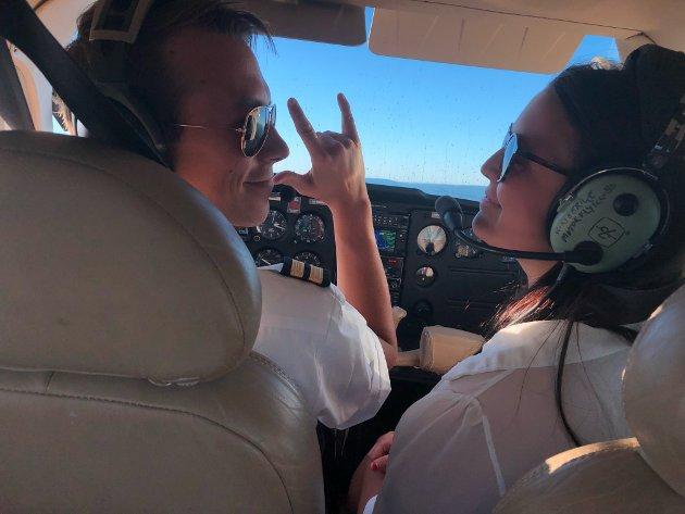 FLYTUR: Journalist Kristine Bentestuen Ludvigsens første tur med småfly ble en opplevelse hun sent vil glemme. Pilot Adrian Wien sørget for at det hele gikk strålende for seg.
