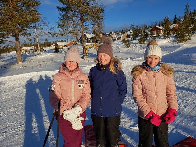 FORNØYDE: Fra venstre: Tonje Tromop Stensrud, Karen Bekken Woldengen og Anna Bekken Woldengen er alle storfornøyde med akebakken på Lygna.
