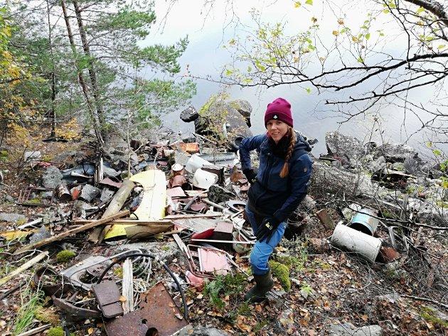 FØR: Hanna Lööv foran alt søppelet, før ryddeaksjonen begynte.