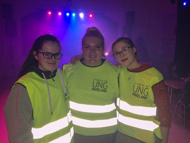 UngHadeland: Camilla Bjerkås (17), Mina Marie Lynne Borch (18) og Pia Stavehaug (18) var godt synlig i lokale med UngHadeland sin refleksvest.