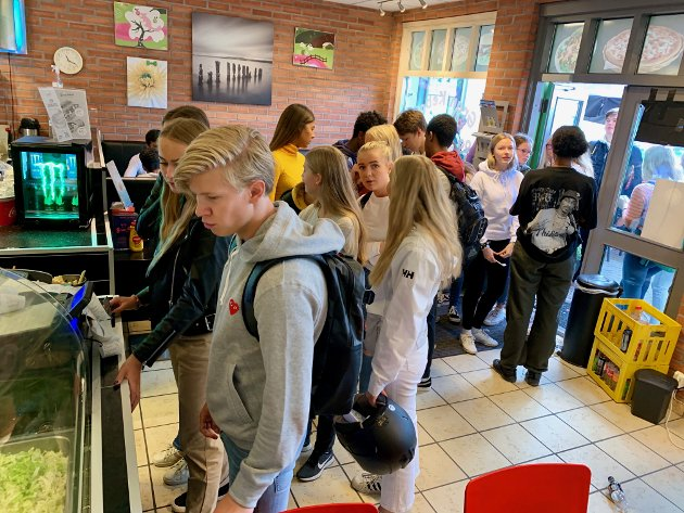 LANG KØ: Det var kø langt ut på gata da Gran kebab og pizzahus lokket skoleungdommene med gratis lunsj mandag.