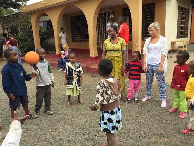 BALLSPILL: Her læres det bort nye ballspill til både barna og «barnehagetantene».