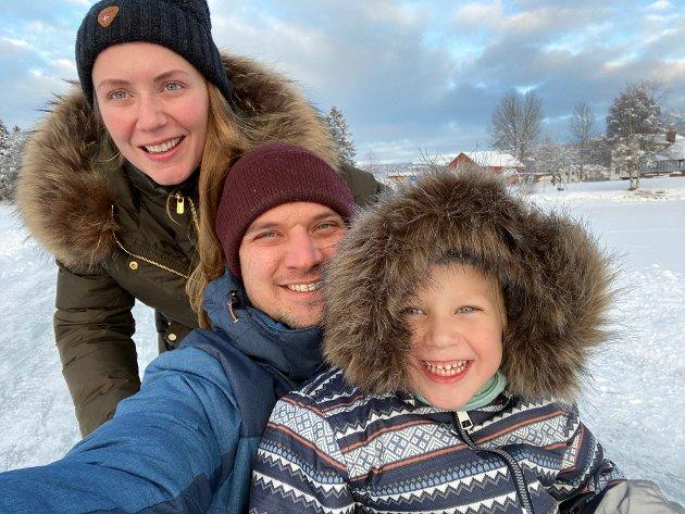 LYKKELIG SKILT: Selvom vi ikke er gift lengre, er vi ofte sammen alle tre. Dette bildet er fra romjula i fjor.