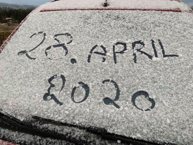 Hadelands journalist Haakon Kalvsjøhagen var tidlig ute på Kalvsjø og dokumenterte den sene snøen.