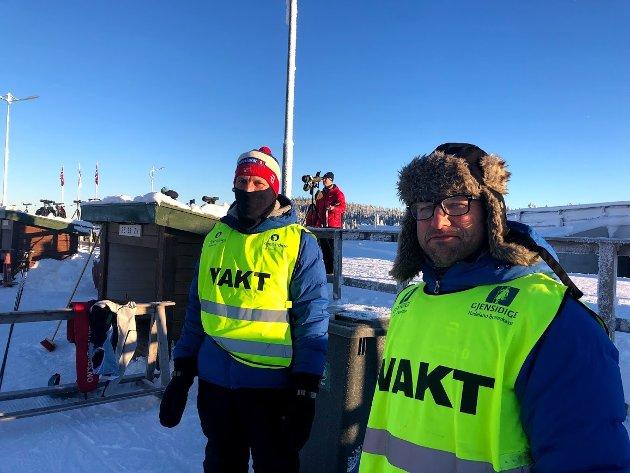 DUGNAD: Blide dugnadsfok på standplass - det er mannskapskrevende å arrangere skiskytterrenn.