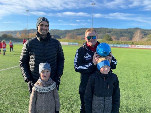 MORO PÅ CUP: De to far-sønn-duoene Iver og Martin Hvamstad og Rune og Kasper Pedersen lekte med kula midt på banen.