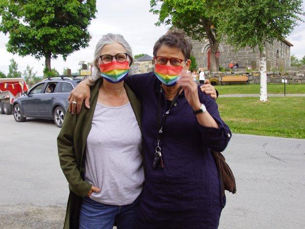 KUNSTNER-VENNINER: Anne Kristin Vangen (57) til venstre og Kristin Lindberg (71) er begge kunstnere, og venniner gjennom 30 år. De har besøkt Glasslåven, men bestemte seg spontant for å delta i bilkortesjen da de hørte at det var Pride på gang.