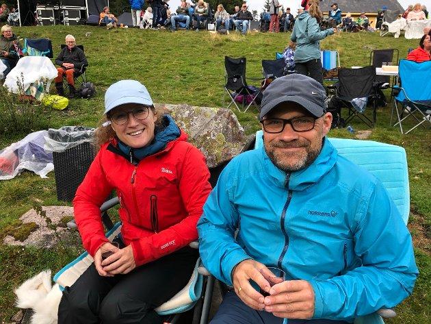 BLANT DE YNGSTE: Heidi Brunstad (41) og Nils Brustad (48) fra Åsgreina i Nannestad var av de yngre publikummerne. Paret går mye på ski, de har faktisk gått fra Brovoll og hjem på ski, det er nærmere tre mil! – I påsken gikk vi på ski her, da så vi reklame for dette arrangementet.