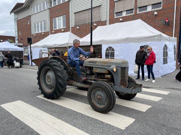 PARADE: Traktorene kjørte i parade gjennom Storgata i Gran.