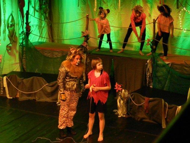 Mowgli har gått seg bort i jungelen, og Shere Kahn forteller ham veien til ulvefamiliens hi.