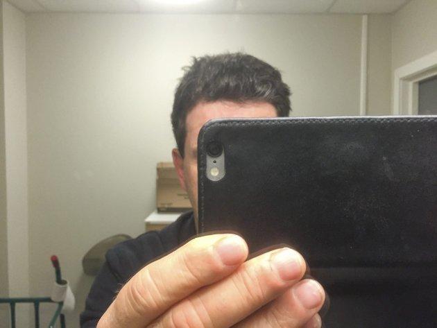 HÅR: Undertegnede blir kjapt avslørt i baderomsspeilet. Håret er slett ikke så svart som det ser ut til. Selfie: Morten Paulsen