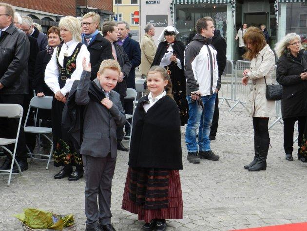 Leon Torptangen og Julie Fredèn Westby venter på at Dronningen skal komme.