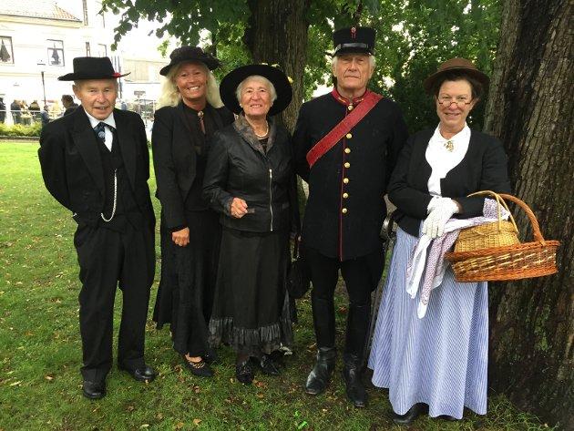 Familien Møgedal (til venstre) og familien Warberg vant flotteste 1915-antrekk, og familiene vant derfor 1915 kr hver.