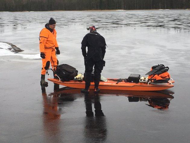 Mandag ettermiddag kom nødmeldingen, men redningsaksjonen førte ikke fram. Tirsdag formiddag fortsatte svenske dykkere å lete etter Anneberit Aamodt som de antar har gått gjennom isen på Nordre Kornsjø.
