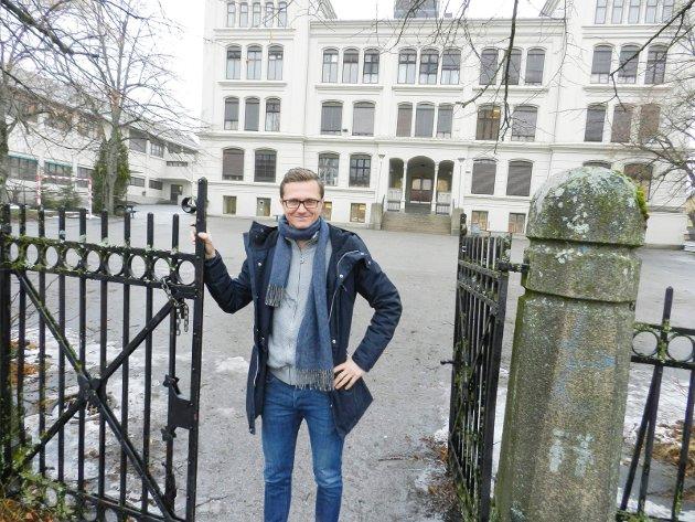 FORTETTING: Tomta som Rødsberg ungdomsskole står på, kan lett gi plass til nærmere 150 boligenheter i sentrum. Det mener direktør Richard Olsen i Habo. Truls Lie syns at Rødsberg er en av Haldens signalbygg sammen med blant andre skolebygningene på Os og «Gutteskolen». – Jeg tillater meg å anbefale at byens befolkning er våkne og sørge for at vi ikke begår de samme feilene som har blitt gjort i mange norske byer: Nemlig å ødelegge byens egenart fordi at utbyggere vil tjene store penger på å rasere deler av byen i «fortettingens» navn, skriver Lie.