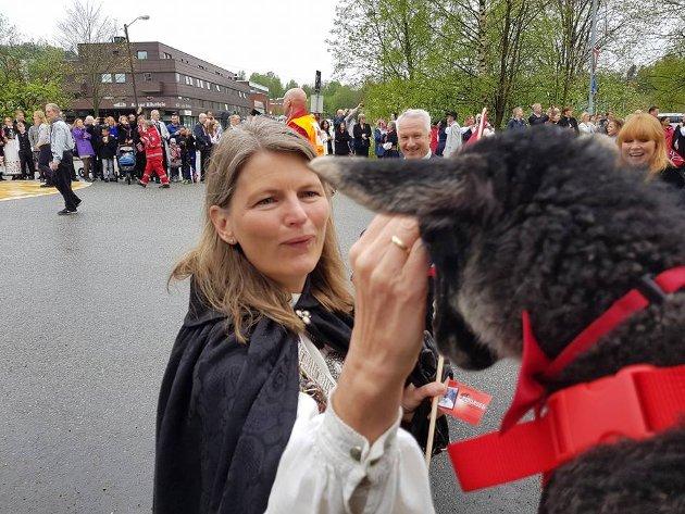 Ordføreren i Asker hilser på Hermine fra 17. mai-toget