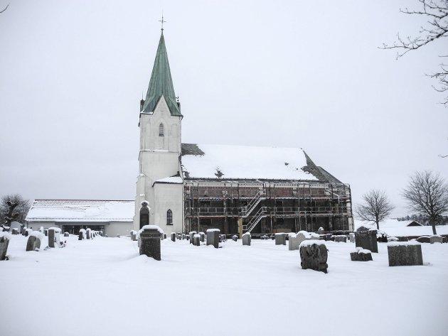 ASAK KIRKE: – I dyp snø som knaket i kulda tråkket jeg rundt Asak kirke. Den vakre bygningen var innpakket i plast og stillaser da jeg så den for første gang, skriver Marte-Kari Melkerud i sin første HA-signert. Arkivfoto: Jan Erik Sørlie