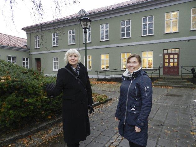 FAYEGÅRDEN: Daværende museumsdirektør for Østfoldmuseene, Gunn Mona Ekornes (til venstre), og avdelingsdirektør for Halden historiske Samlinger Lillian Nyborg foran Fayegården da planene ble lansert i 2016.