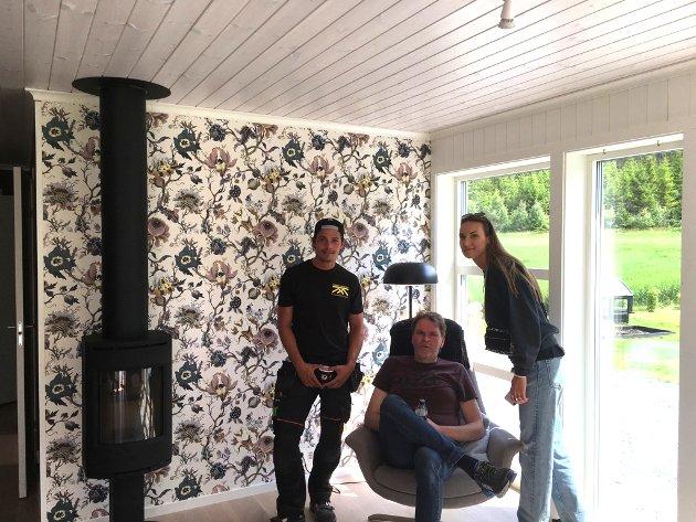 PÅ PLASS: Far og datter Jostein Kornstad og Emma Vestby-Kornstad var på plass under visningen av de tre hyttene fra TV2-programmet «Sommerhytta» - her sammen med Michael fra Kopperud Bygg.