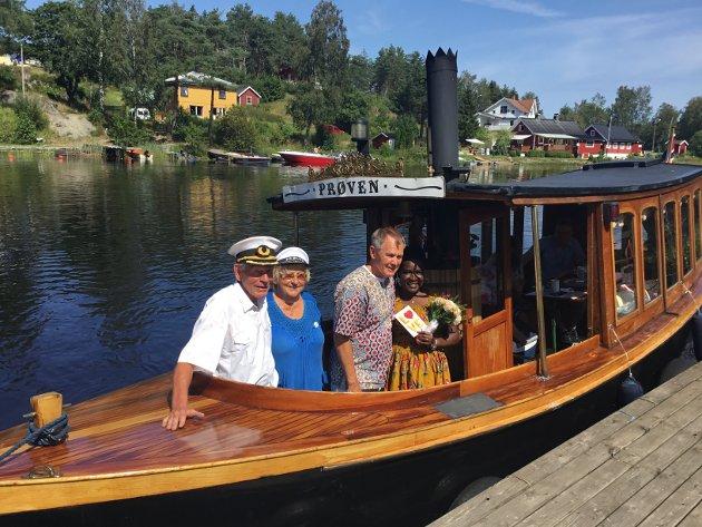 NYGIFTE: Kaptein Per Lervik (f.v.) og Edel Lervik sammen med brudeparet Charlie Malmgren og Sabina Nabasirye.