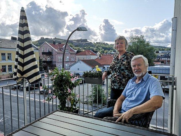 Ole-Johnny og Kari Ludvigsen er de første som flyttet inn i Oscars gate 11 som Arken Eiendomsutvikling AS totalrenoverte i 2018-2019. De har utsikt til festningen fra alle vinduer, og balkongen på østsiden av bygget gir mange fine stunder i morgensola.
