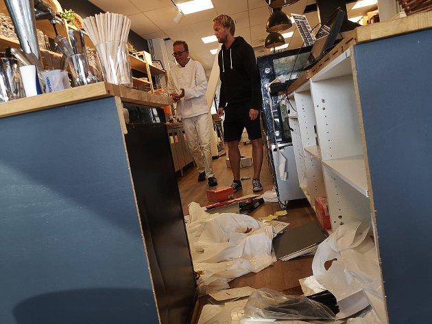 Innbrudd hos Baker'n på Høvleriet natt til 17. august. Døra ved uteserveringen var ødelagt, en del rot ved disken, kasseapparatet var ødelagt, og cirka 4.500 kroner var stjålet. Kokk Roberto Caci (.v.) og eier Espen Halkjær syns det hele er trist.