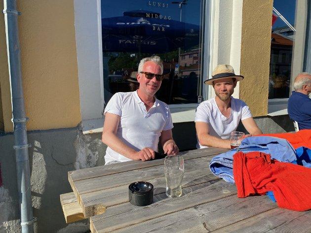 De to kompisene Christian og Anders hadde også tatt turen til Kokkekollektivet for å nyte en pils i det fine været. De synes det er både fint og på tide at kranene åpner, og har troa på at det fortsetter slik så lenge folk oppfører seg.