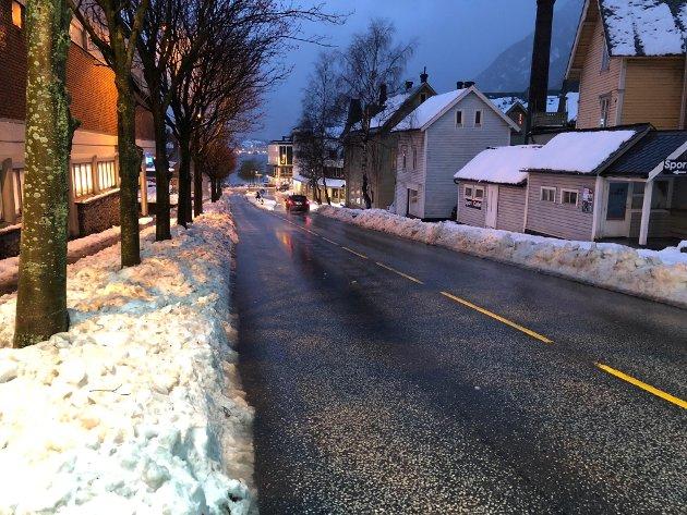Fri for snø: Vegen gjennom Odda sentrum ble etterhvert fri for snø, men på fortauet var det fremdeles vanskelig å ta seg frem torsdag ettermiddag