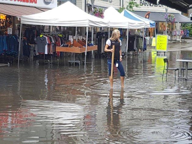 Etter flere dager med fint vær førte regnskyllet tirsdag ettermiddag til oversvømmelse i Odda sentrum. Flere butikker fikk vann inn i ganger og kjellere.