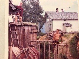BETRE TIDER: I 1965 vona nok den yngre bror min, Asbjørn, og eg på betre tider i landbruket. Men me hadde treningsstudio på garden!