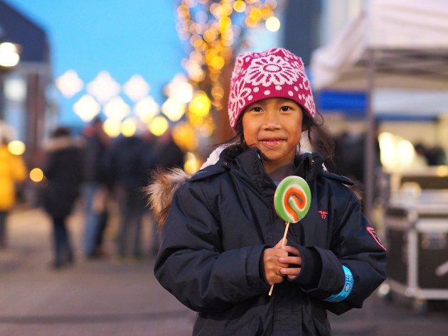 SLIKKEPINNE: Marina Athan (6) var glad for at hun hadde fått kjøpe seg en slikkepinne før hun skulle se på fakkeltoget.