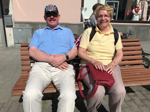 – Vi elsker Norge! Dette er sjette gang vi besøker landet, men første gang vi er i Haugesund.  Det forteller Chris Durham. Han er en av de cirka 2200 turistene på cruiseskipet Queen Victoria, som la til kai i Haugesund i dag.  Sammen med konen Kem Durham nyter han å se bunader og festglade mennesker.  – Det er utrolig vakkert å se så mange fine mennesker i nasjonaldrakt, som feiret landet sin historie. Og ikke minst å se at barna lærer den sammen med foreldrene, sier han.  Resten av dagen skal han og konen slappe av i det fine været og nyte feiringen, før det bærer videre med cruiseskipet klokken 17.  – En helt fantastisk dag. Vi elsker landet ditt, legger Chris Durham til.