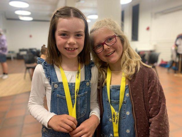 PÅ SOMMERSKOLE: Frida Eileraas Skre (7) og Maria Larsen (snart 8) synes den kjekkeste dagen hittil på ferieklubben har vært onsdag. Da lagde barna t-skjorter.