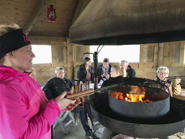 Lisbeth K Larsen steker på åpen flamme