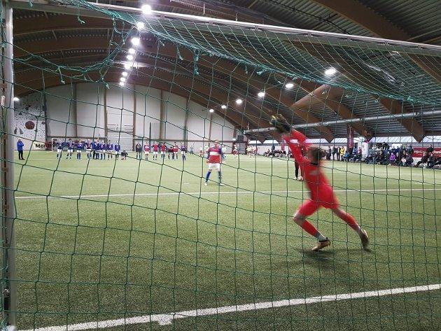 Da Olderskog IL arrangerte HSB Cup i Mosjøhallen var det flere sluttspillkamper som gikk til straffekonk. Her er det MIL 16 1 mot MIL 16 2 i straffekonk. Foto: Øyvind Nordgård
