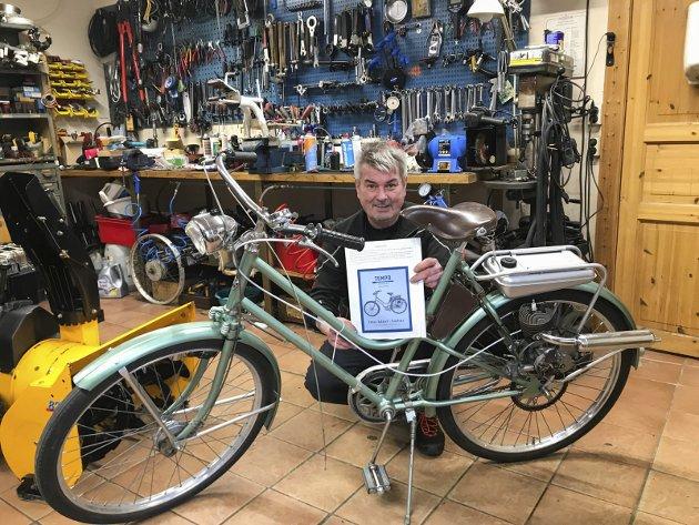 Bjørn Helge Bredesen har mopeder, motorsykler og biler hjemme i garasjen. Denne knallerten fra 1952 er et klenodium. Det ble bare produsert 7-800 av denne Tempoen.